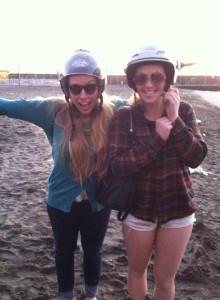 Io e la mia amica Rosie al mare.  Siamo pronti di andare a motorino!